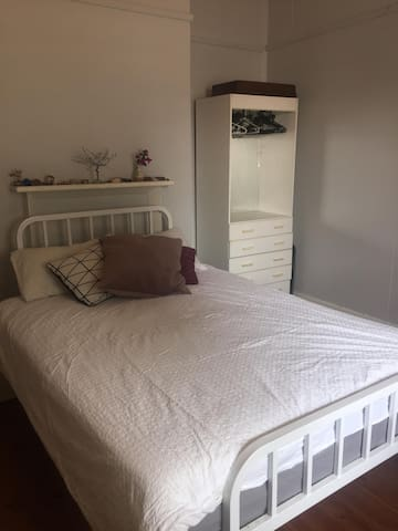 Queen bed in cosy weatherboard house - RICHMOND