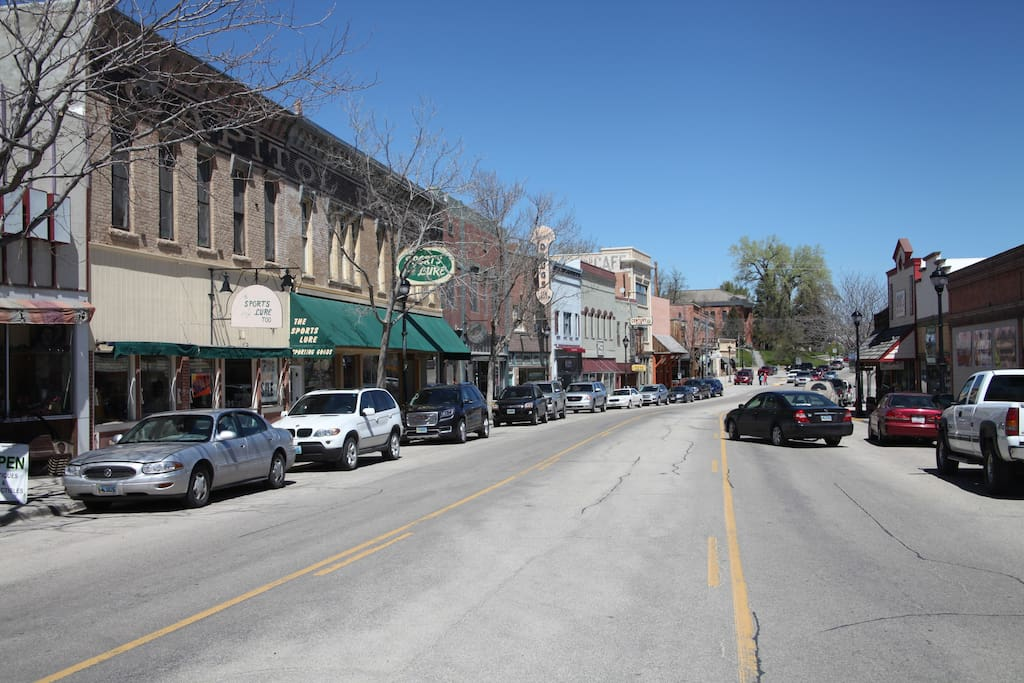 Excellent downtown location with restaurants, shopping and pubs