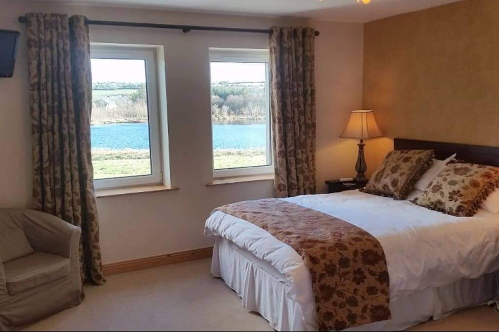 Lake view family room with a double and two single beds en suite