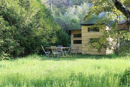 Cabane toit végétal dans vallée troglo
