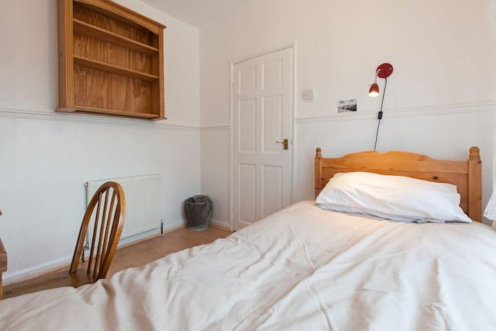 A single bedroom in Kirkstall with free WiFi - Leeds