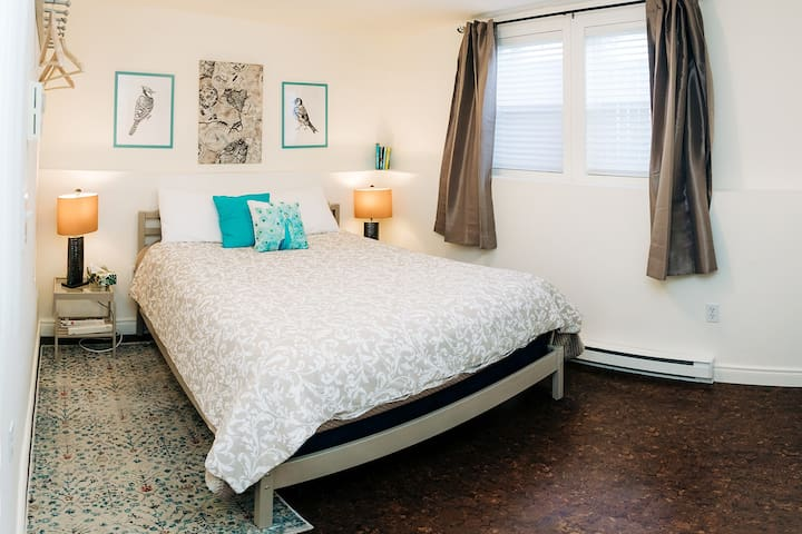 Central 1 BR  self contained unit. Spotless.