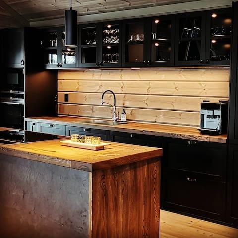 Stort og romslig kjøkken, kaffemaskin, stor kjøkkenøy, 2 kjøleskap/kombiskap