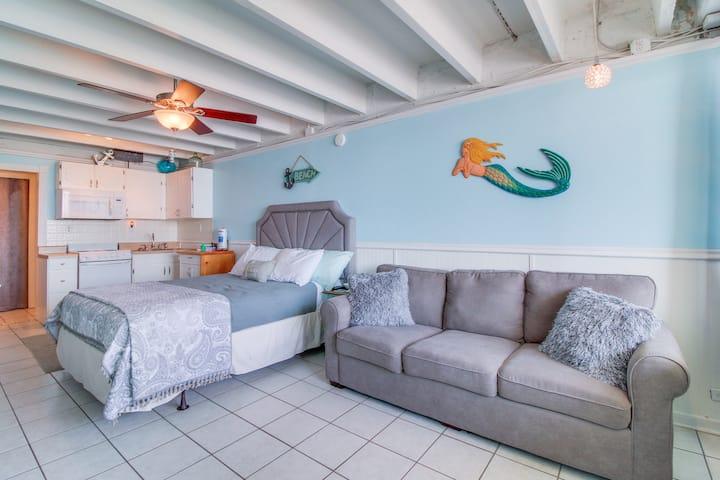 Romantic beachfront studio w/ a shared pool & easy beach access!