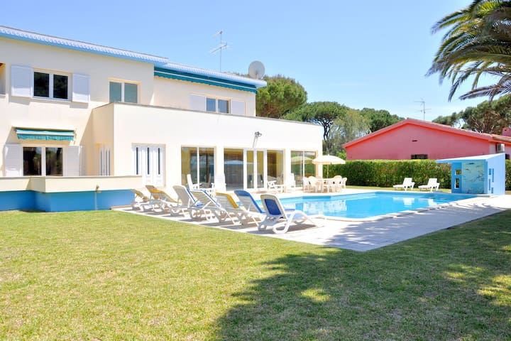 Spacious Villa in Vilamoura with Barbecue