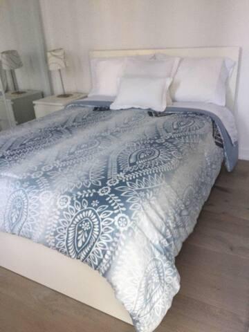Cozy room close to High Park and Dundas west Stn