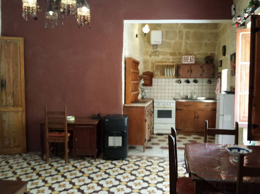 charming 400 year old apartment in a small alley appartementen te huur in rabat malta. Black Bedroom Furniture Sets. Home Design Ideas
