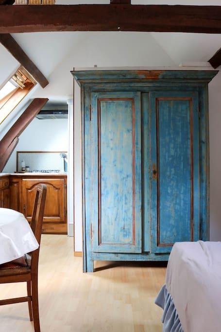 Une grande armoire pour ranger vos affaires
