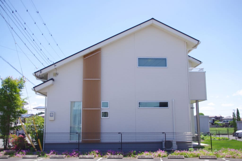 家の外観です。モデルハウスの造りになっています。 The View of the house outside. This house was built as model house.