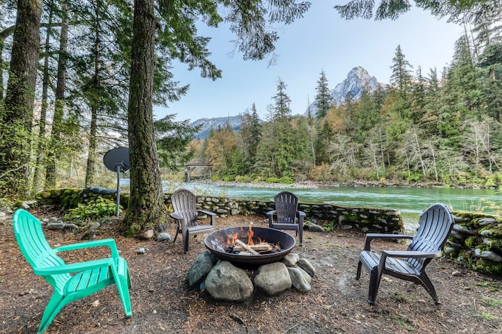 Dog-friendly cottage w/ private hot tub & mountain views!