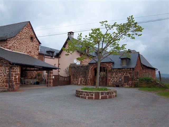 chambre dans corps de ferme - Saint-Christophe-Vallon - Casa