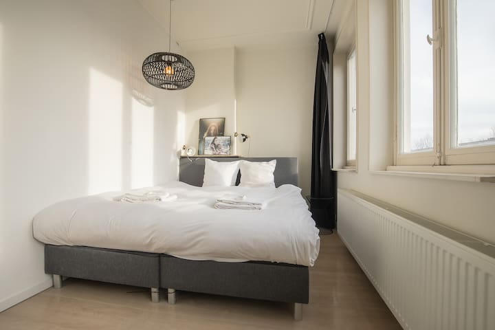 Bright Modern Room | Close 2 City Center