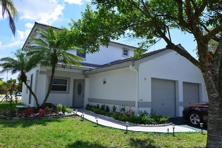 Private bedroom  in a family home! - Pembroke Pines