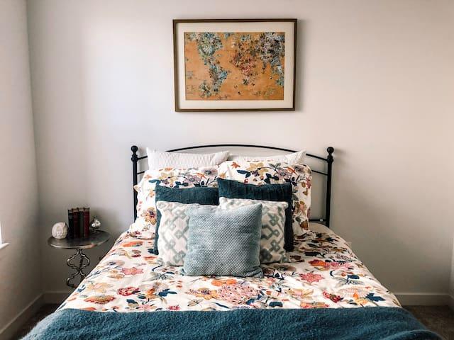 Quiet & cozy private bedroom (and bath)