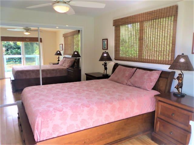 Queen bedroom with Lanai, Kealakekua Bay view!