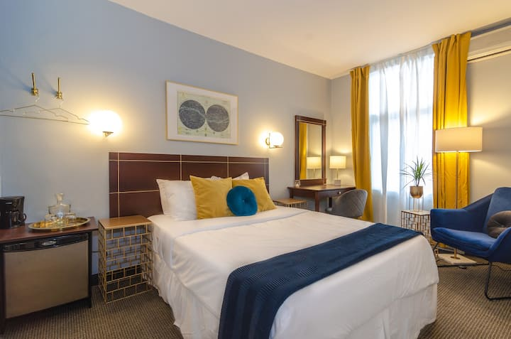Classy Queen Room in The Village Superb Location