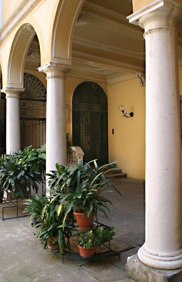 Al palazzo B&B Cremona, Italy