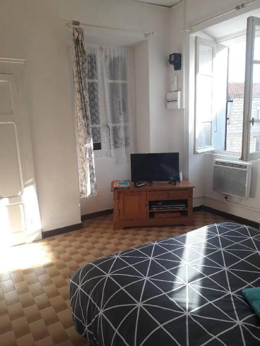 chambre avec lit double 140x190, placard de rangements, télévision.