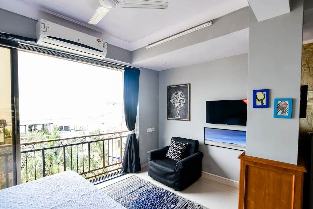 """Exceptional view of the Arabian sea from the bed,longe sofa 32""""LCD,Wifi and Split Ac"""