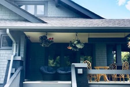 Historic downtown BnB close to ferries, airport