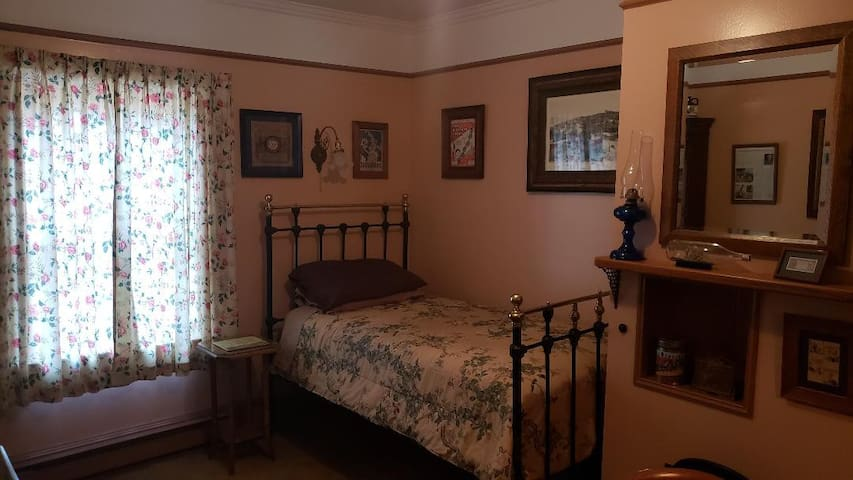 Gower Manor Historic Bed & Breakfast Harry's Room
