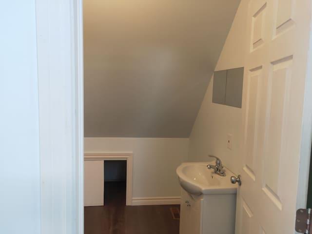 Full-piece bathroom 4 (upper level)