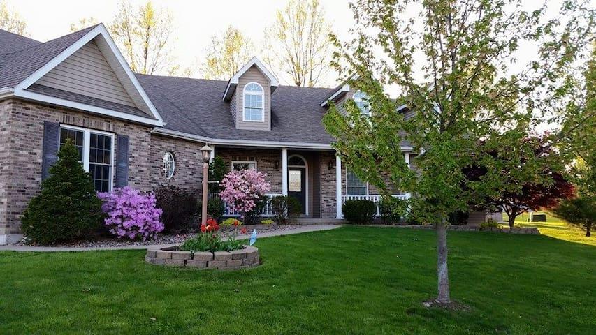 Sunny McMansion - Kirksville - Casa