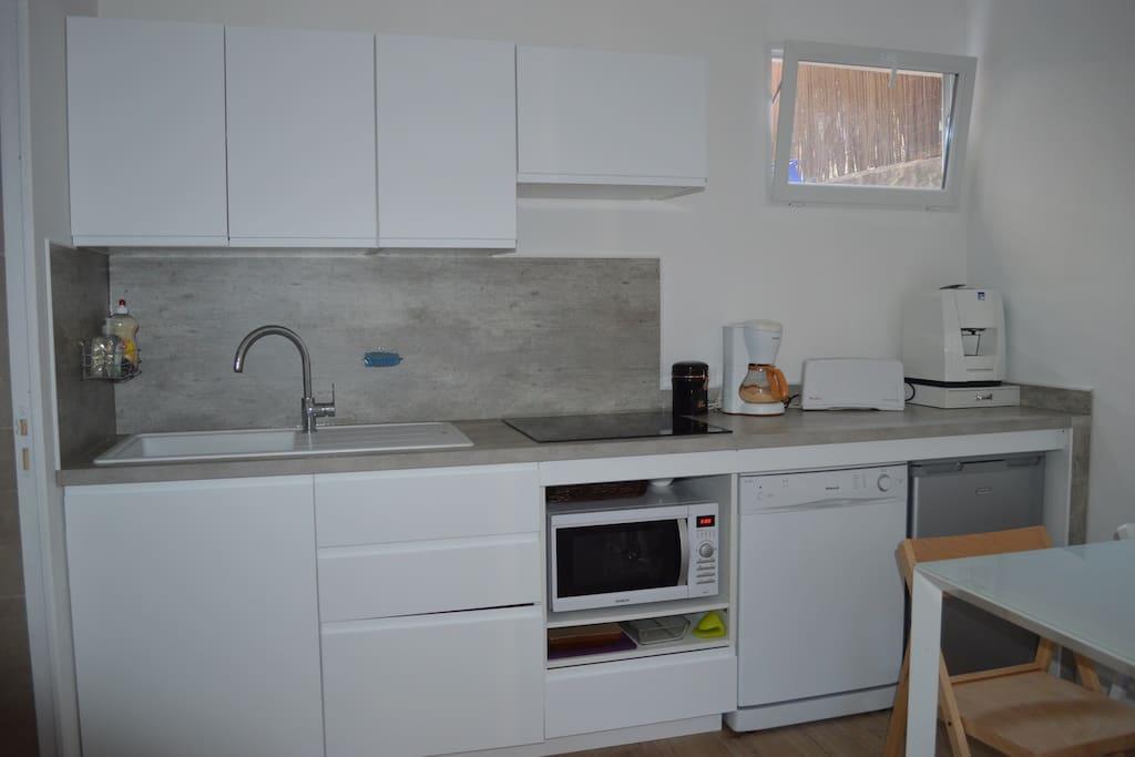 Cuisine équipée  four et micro-onde, lave vaisselle, réfrigérateur, grille pain, machine à café à dosettes Lavazza., cafetière et bouilloire.