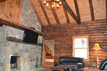 Riverfront Cozy Rustic Lodge - Bushkill
