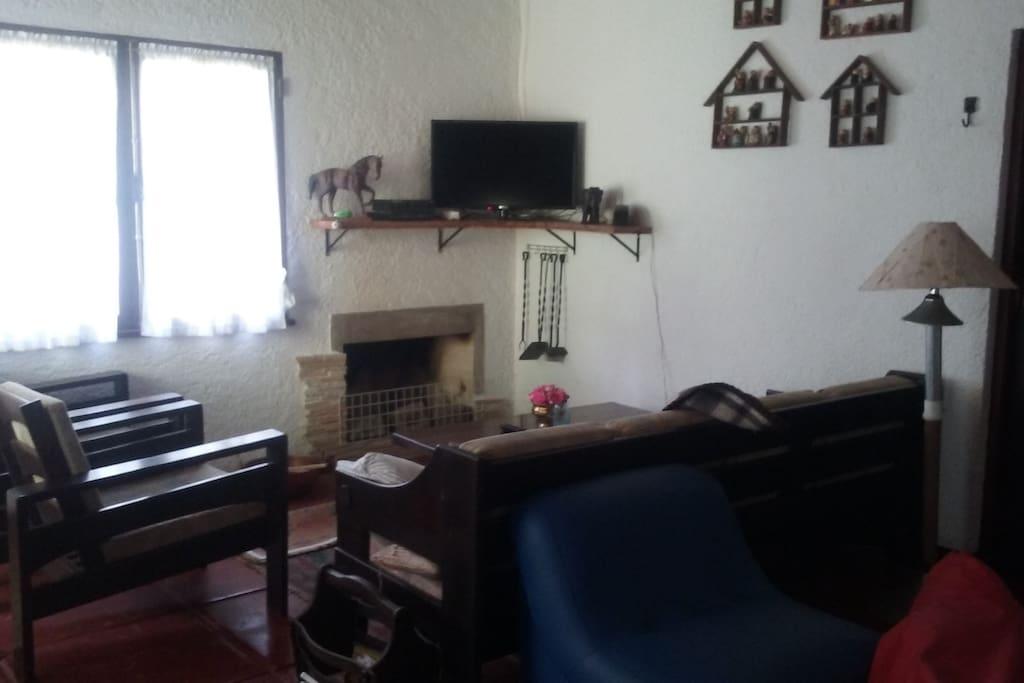 Sala com lareira, Tv E DVD