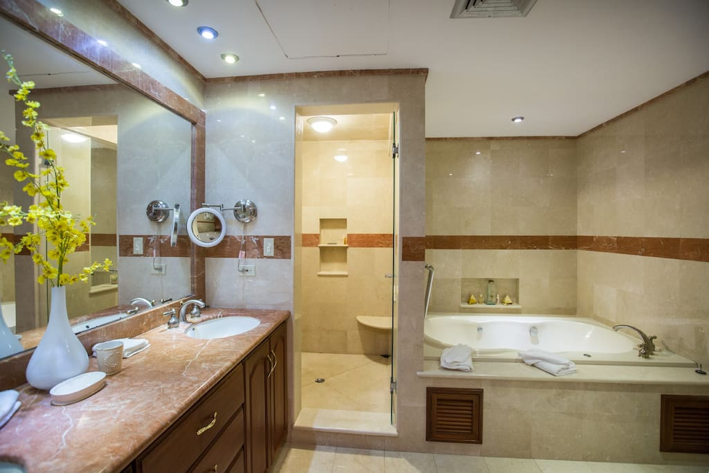 Private ensuite with Jacuzzi tub