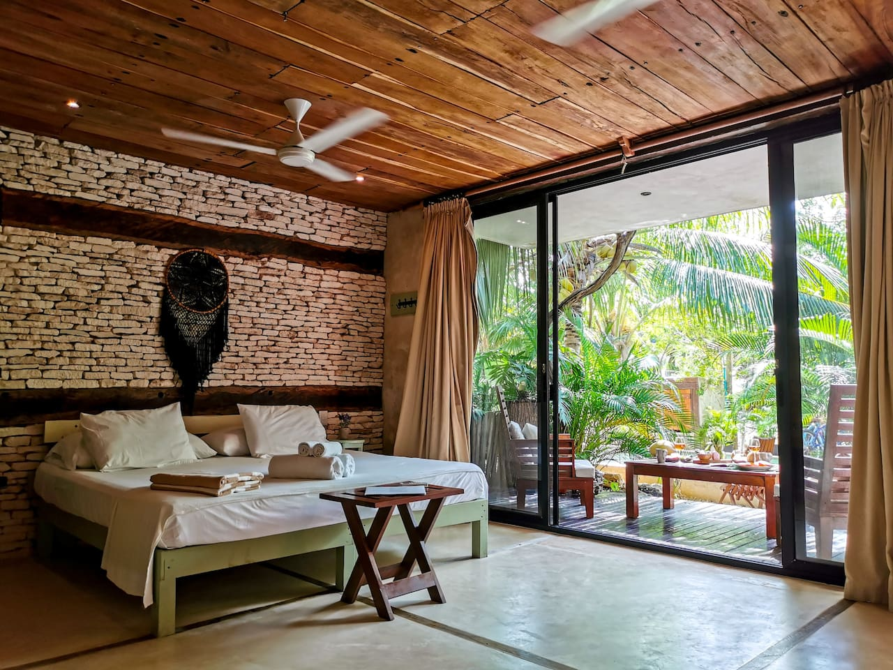 Suites Tulum is 2 minutes walking distance to the beach, 5 double rooms with an independent entrance each, en suite bathroom, kitchenette with a gas stove and a mini fridge, airconditioning from 7 pm to 5 am. Sleeps up to 10 people
