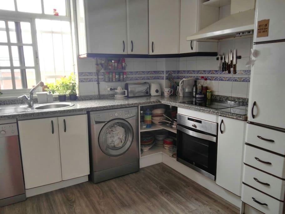 la cocina es amplia y cómoda.