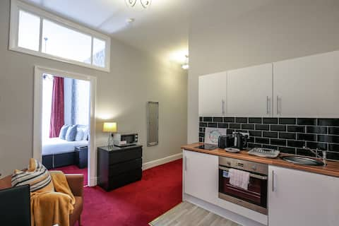 Quirky Georgian Quarter Studio - Key Workers Only