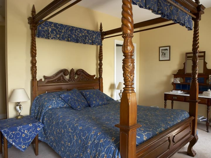 Four Poster Room in Carrygerry Country House