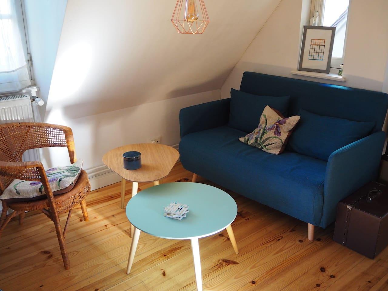 Le salon, avec son canapé lit