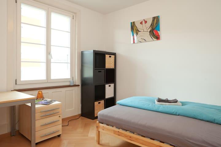 Zimmer in schöner Altbauwohnung - Biel - Lejlighed