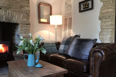 Lovely 2-bed cottage in Cotswold village with pub
