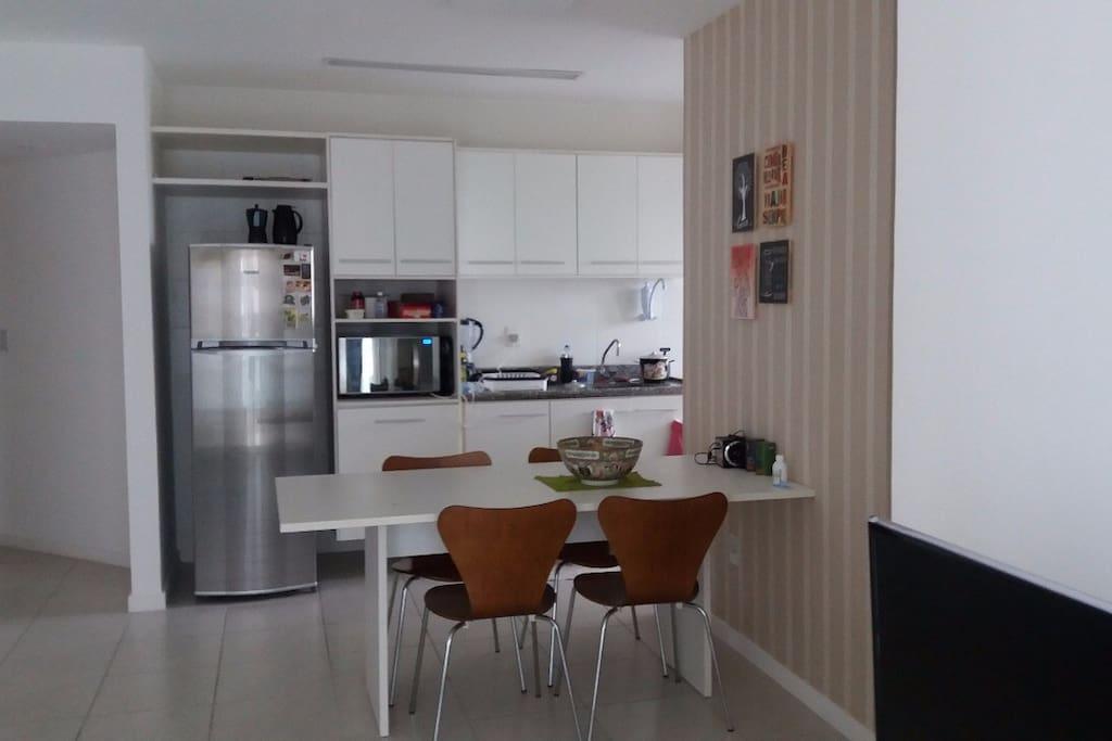 Sala e Cozinha com todos os utensílios para cozinhar