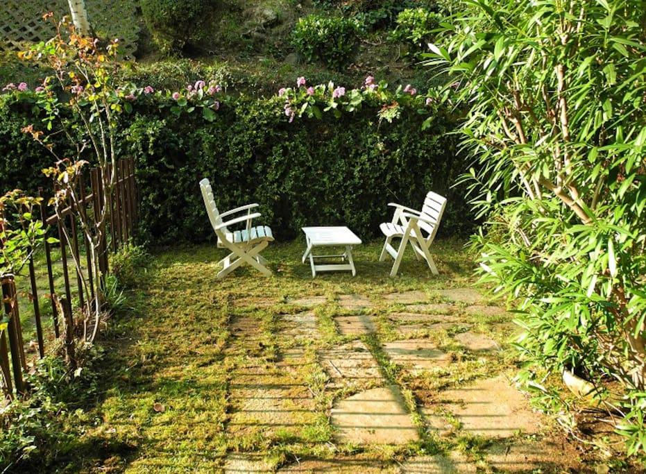 Giardino Privato con Oleandro, Alloro e Rose
