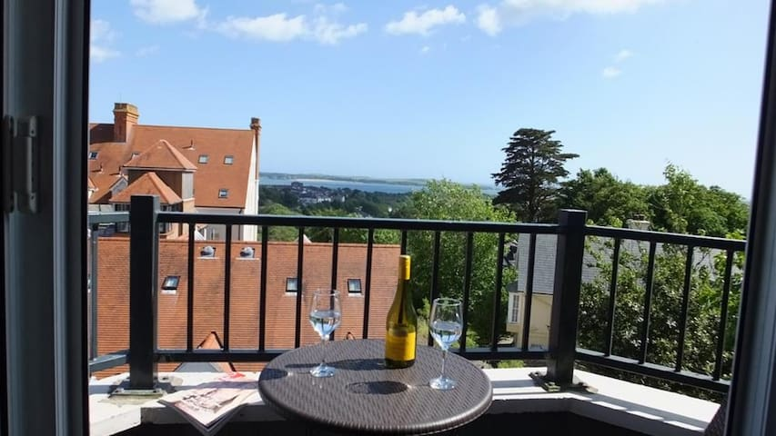 Cambrie, 5-star Tenby Bryn y Mor Mansion apartment