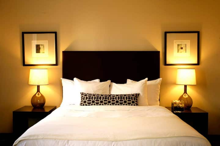 Mag Mile Hotel Accessible Queen Bed - Prime Area