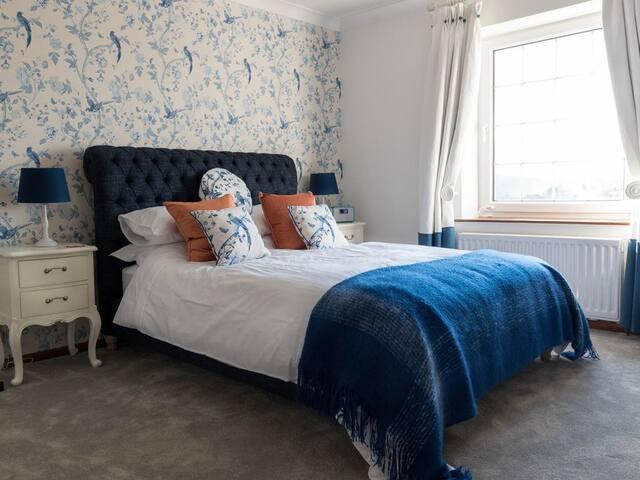 Cwmllechwedd Fawr - Sapphire guest room
