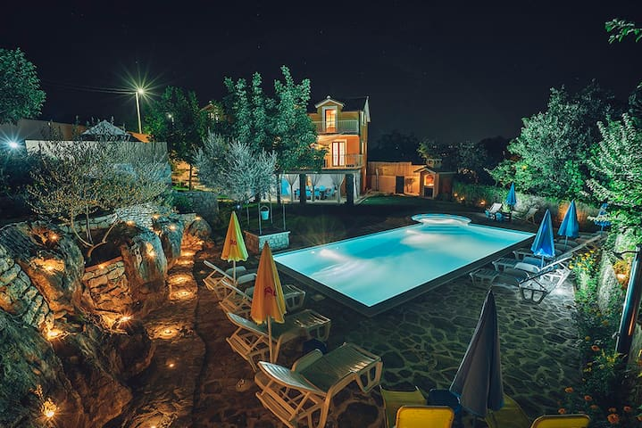 Beautiful old stone Villa with large swimmingpool - Zmijavci