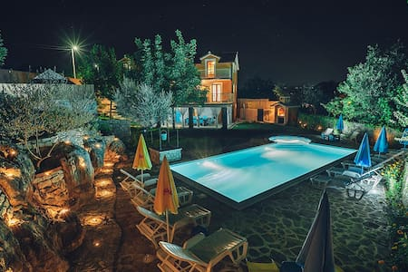 Beautiful old stone Villa with large swimmingpool - Zmijavci - Villa