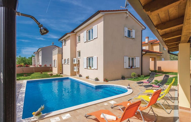 Holiday cottage with 3 bedrooms on 108 m² in Loborika