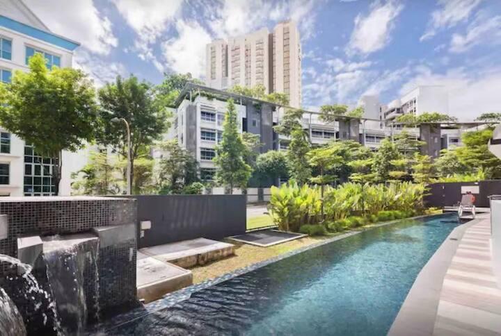 sunlit 2BR en-suite family city center walk to MRT