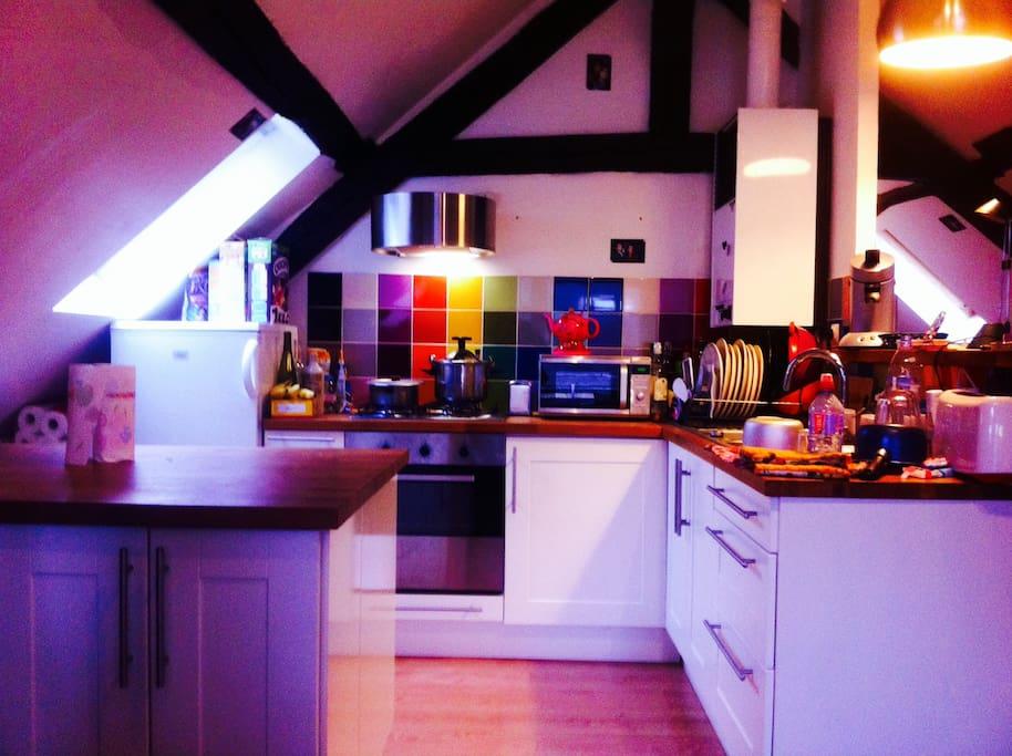 La cuisine avec four, micro-onde, grand frigo, machine à café...