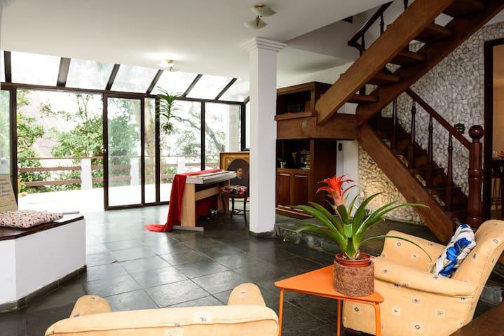 Maravilhosa Suite com Varanda e Visual pro Verde