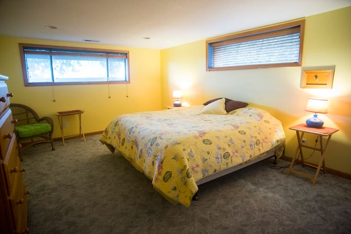 Cozy room with king size bed and private bathroom - Fairview - Hus